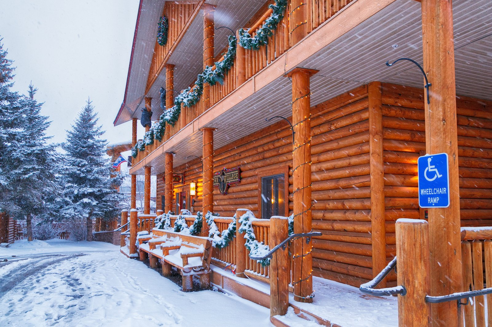 Official cowboy village resort town square inns for Jackson wyoming alloggio cabine