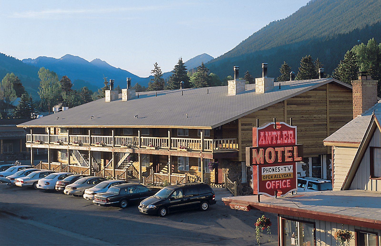 Official antler inn town square inns for Towns near jackson hole wyoming